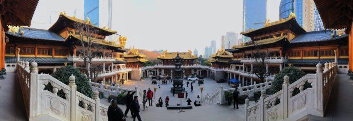 Смешение традиций и современности - храм впритык к деловому центру